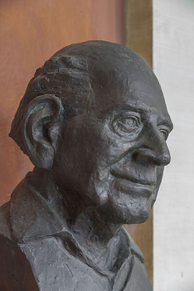 Karl_Popper_(1902-1994),_Nr._104_bust_(bronce)_in_the_Arkadenhof_of_the_University_of_Vienna-2486